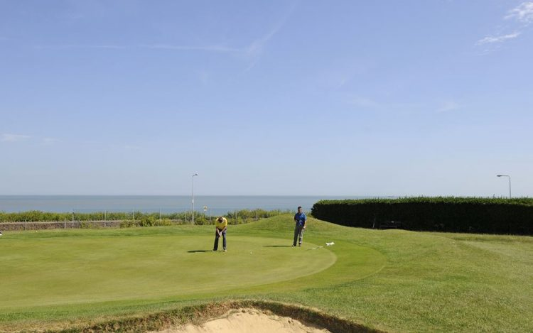 WBGC - 8TH HOLE - VIEW OVER BUNKER TO GREEN AND SEA WITH GOLFERS
